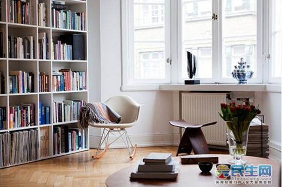 另外,放在阳台的书柜最好是密封的,如果用玻璃材料的话最好有遮光的