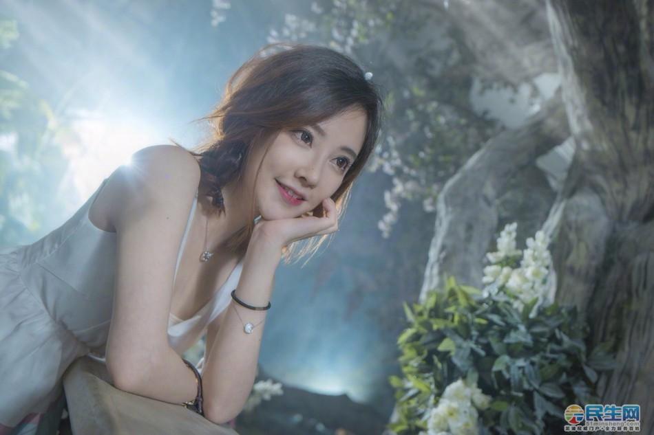 知名网红主播冯提莫曝清新写真,置身花草间,宛如花仙子般甜美可人